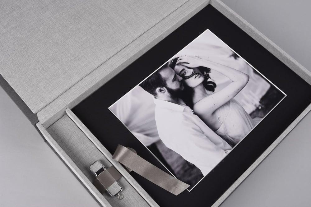 Folio Box Black and White couple nPhoto